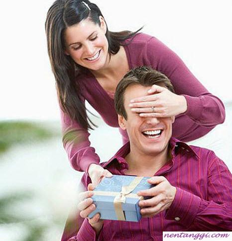 Mách bạn cách chọn quà cho chồng khéo léo, tinh tế
